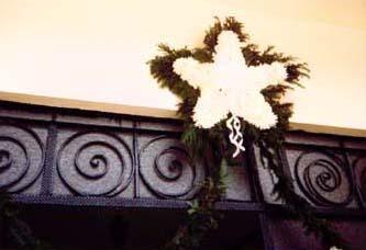 en muchas ocasiones la casa de la novia se marca el da de la boda con una estrella hecha de ptalos de flores blancas para hacer saber a todos que ah